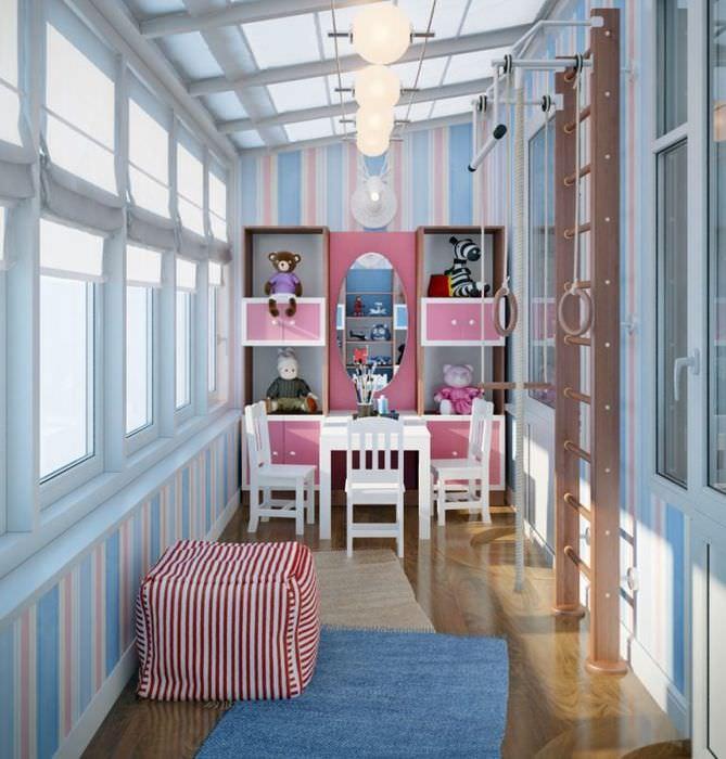 Дизайн просторного балкона с игровой зоной