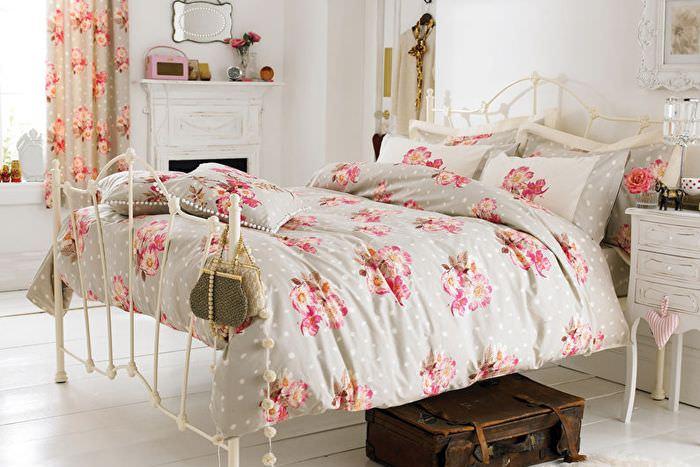 Текстиль с розовым принтом в интерьере светлой спальни
