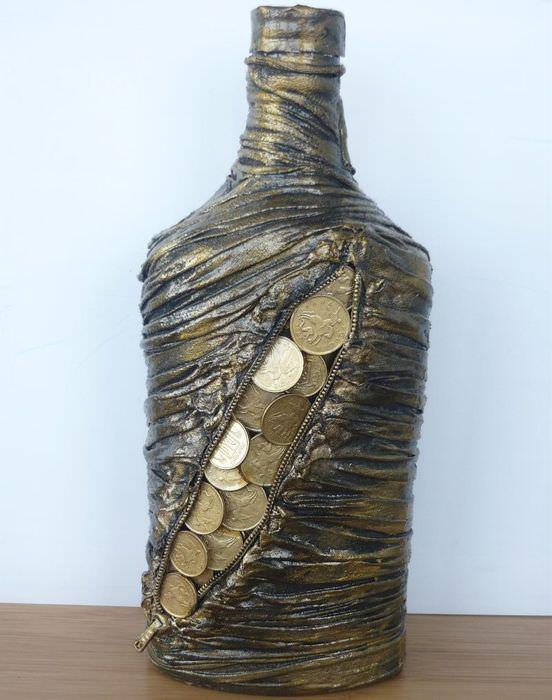 Стеклянная бутылка после декора старыми колготками