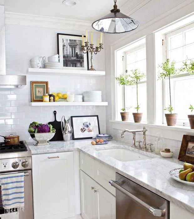 Угловая кухня с мойкой под окном