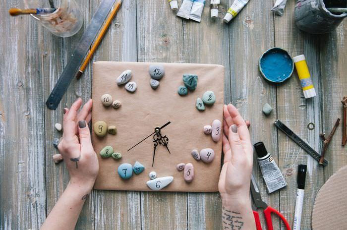 Декоративные часы из круглых камушков своими руками