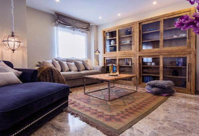 Деревянная мебель в интерьере испанской гостиной