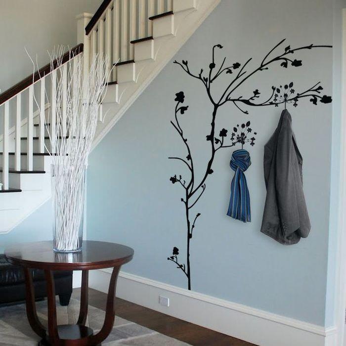 Оригинальная вешалка на стене под лестницей