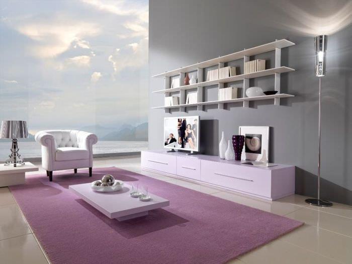 Панорамное окно с видом на море в гостиной частного дома