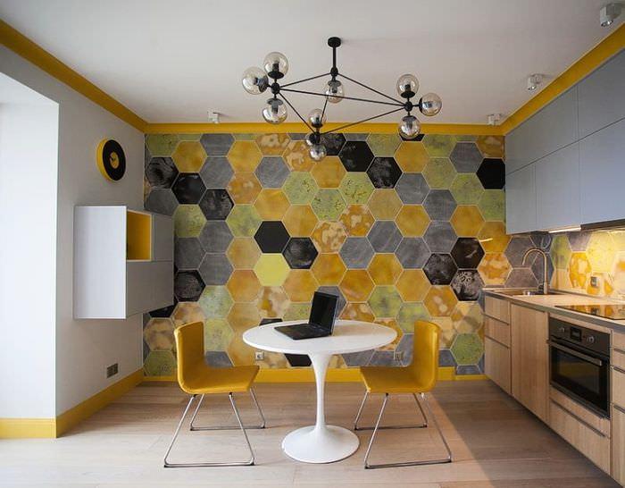Нестандартное оформление акцентной стены кухни