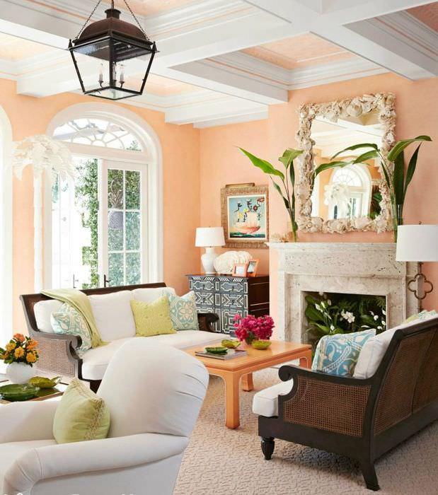 Интерьер гостиной с арочными окнами и персиковыми стенами