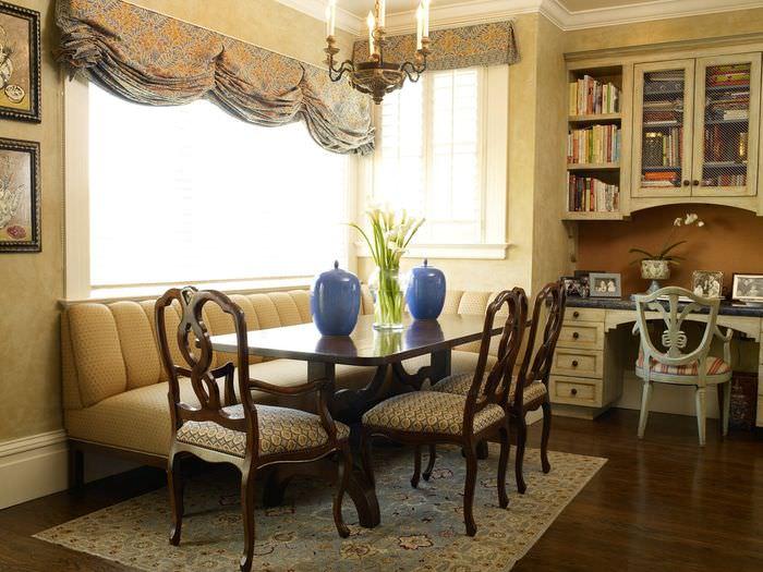Уютное место для семейных обедов в однокомнатной квартире-студии