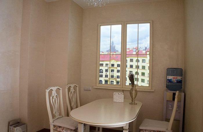 Обеденная зона перед ложным окном на стене кухни