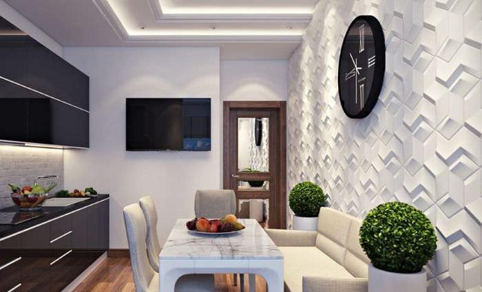 Интерьер кухни с необычным оформлением стены