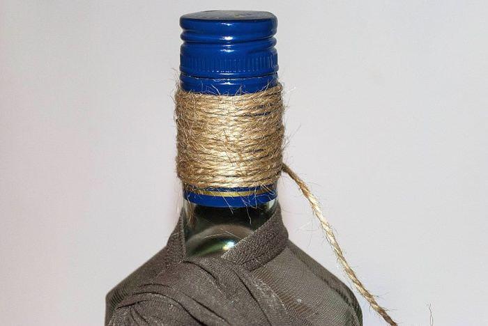 Шпагат на горлышке стеклянной бутылки