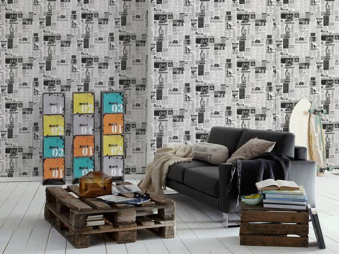 Декорирование стены старыми газетами