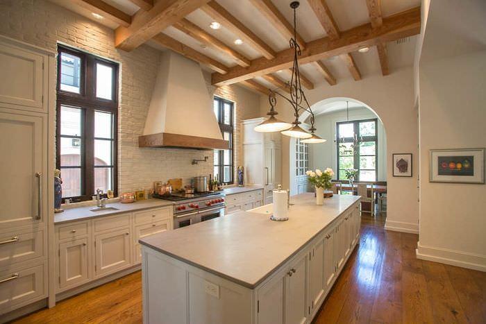 Окна без занавесок в интерьере кухни