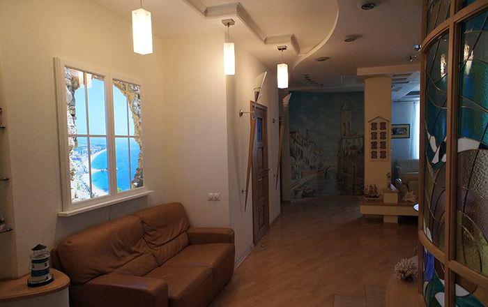 Интерьер прихожей с ложным окном на стене
