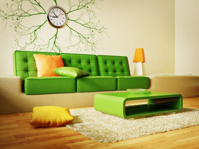 Оранжевая подушка на зеленом диване