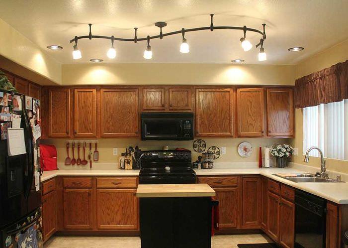 Освещение кухни с коричневыми фасадами
