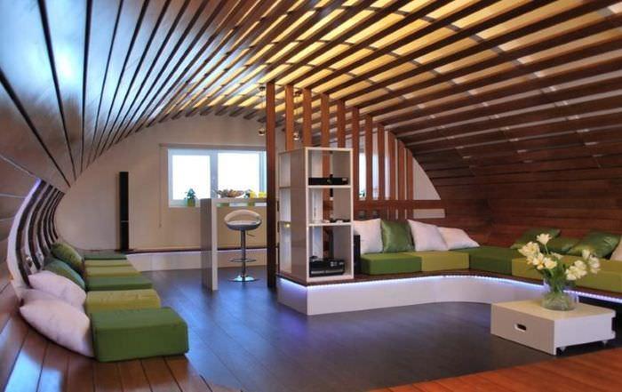 Дугообразный потолок в мансарде дачного дома