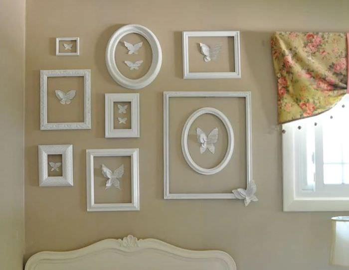 Украшение стены над изголовьем кровати картинами с бабочками