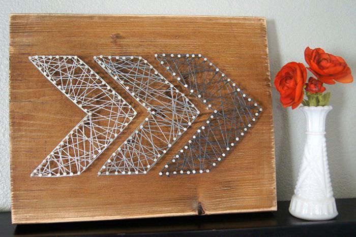 Панно из ниток и гвоздиков на деревянной панели