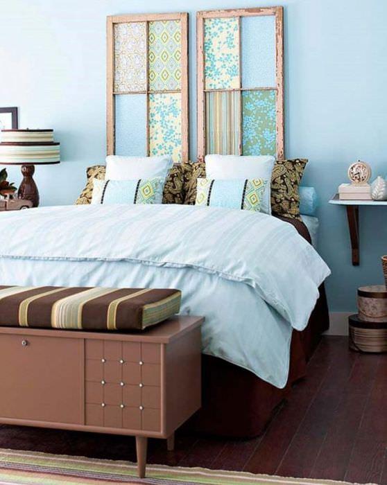 Декорирования кусками обоев стены над кроватью