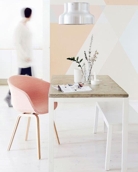 Розовое кресло в гостиной стиля минимализма