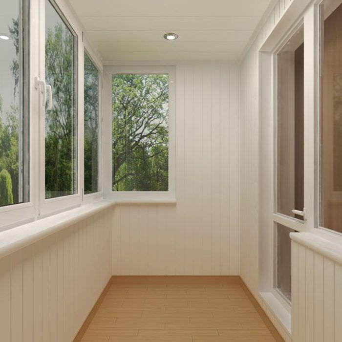 Белые панели ПВХ на стенах балкона