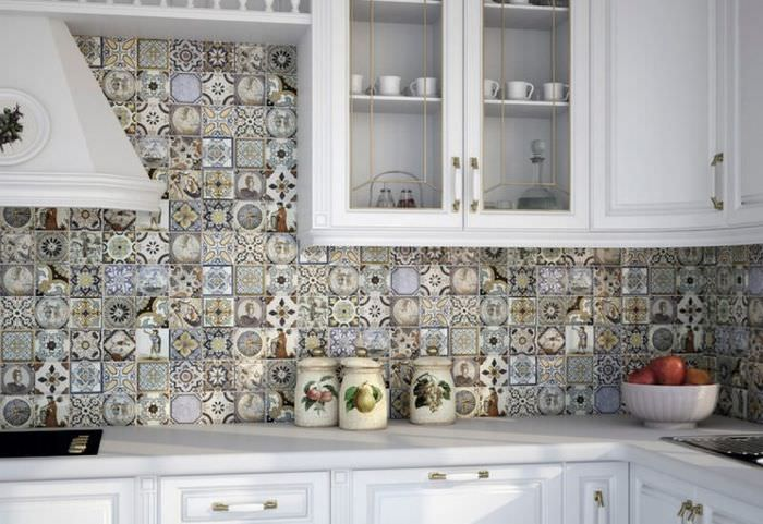 Плитка в стиле пэчворк на кухонном фартуке
