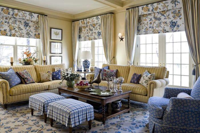 Множество декоративных подушек на диванах в гостиной