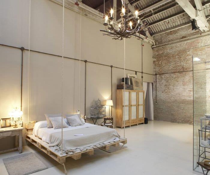 Просторная спальня в стиле лофт с самодельной мебелью