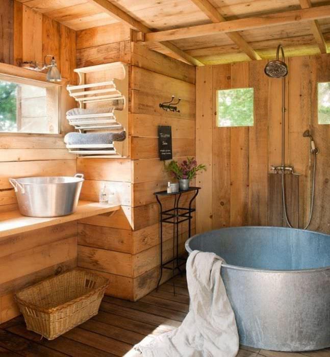 Полочка для банных полотенец на деревянной стене