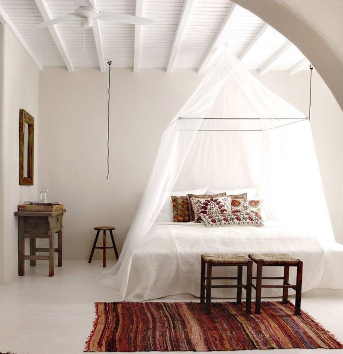 Интерьер светлой спальни в греческом стиле