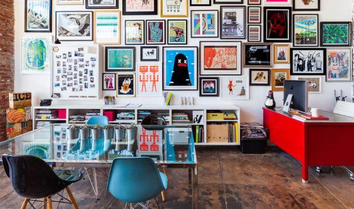 Коллекция картинок на стене гостиной