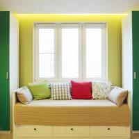 Диванчик у окна с декоративными подушками