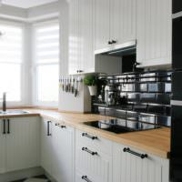 Черный фартук в современной кухне