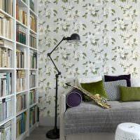Напольная лампа возле серого дивана