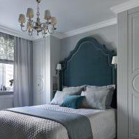 Кровать с высоким изголовьем в спальне супругов