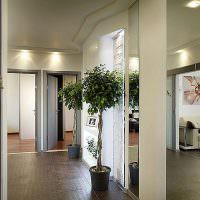Дизайн просторной прихожей в кирпичном доме
