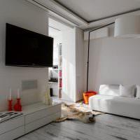 Черный телевизор на белой стене