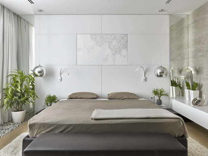 Серая кровать в интерьере современной спальни