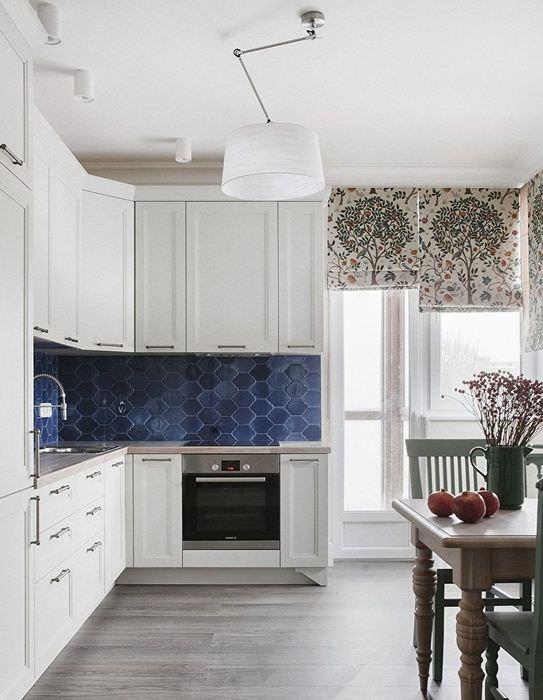 Ровный белый потолок в интерьере кухни