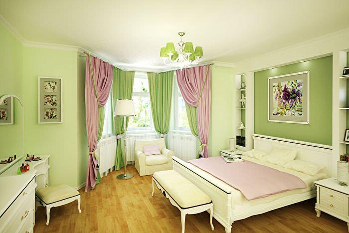 Зеленые шторы в классической спальне