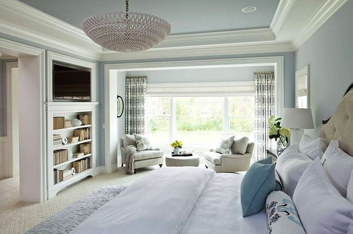 Широкий потолочный плинтус в спальне античного стиля