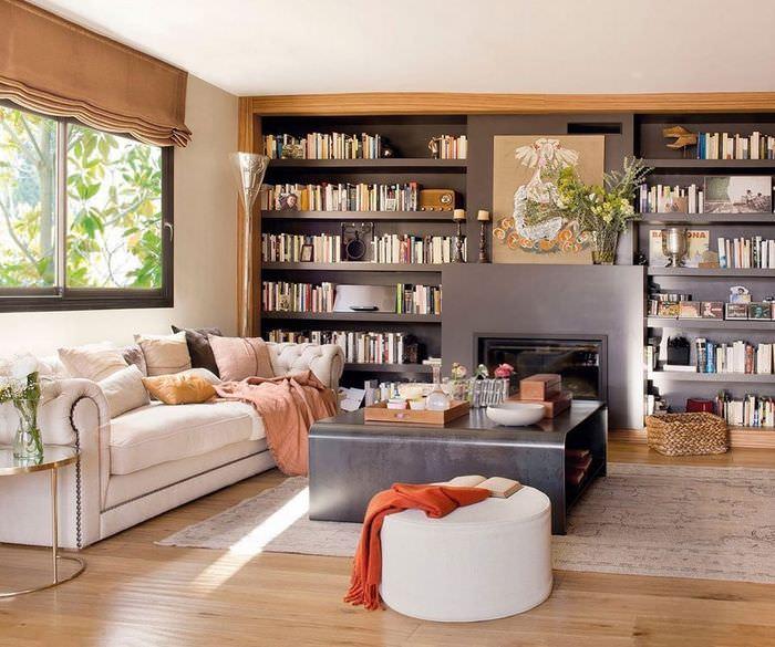 Серые стеллажи с книгами в гостиной комнате