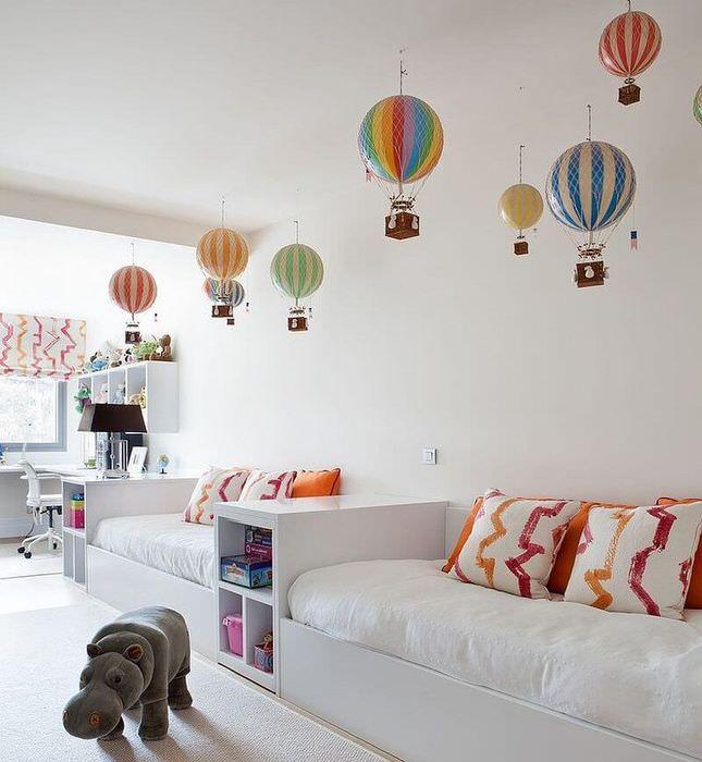 Декор шарами белого потолка в детской