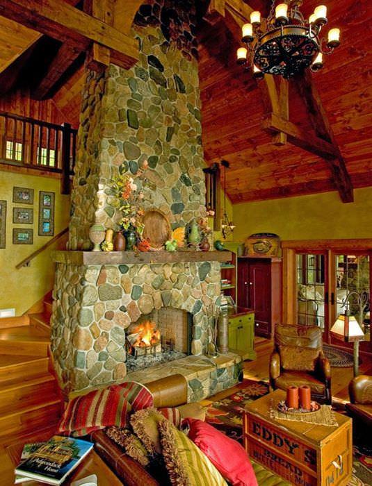 Каменный камин в гостиной с высоким потолком