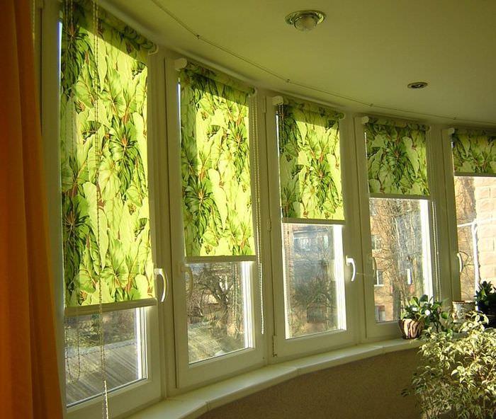 Зеленые шторы на окнах полукруглого балкона