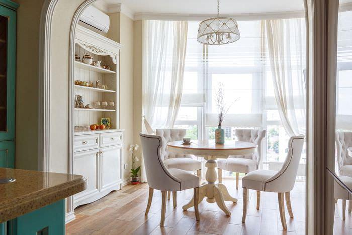 Легкие занавески на окне в кухне-столовой итальянского стиля