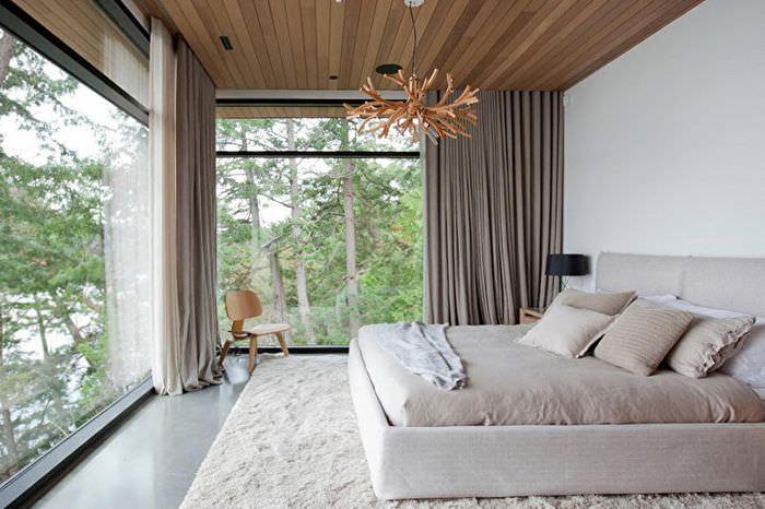 Серые шторы на панорамных окнах спальни
