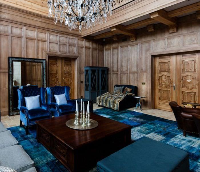 Сине-черный ковер на полу гостиной