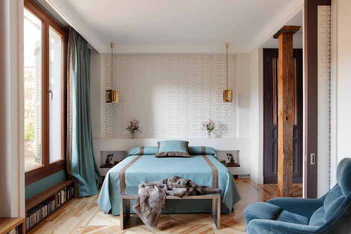 Синий текстиль в оформлении спального помещения