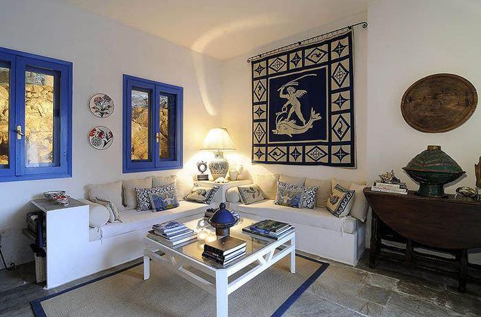 Синие окна в комнате с белыми стенами